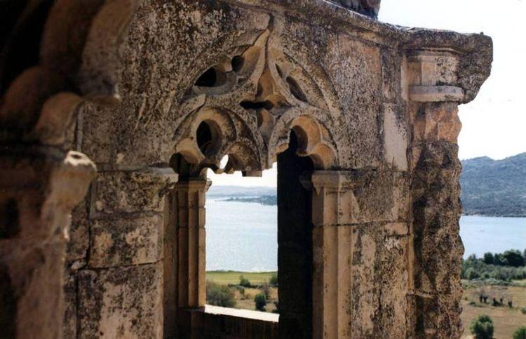 Castillo-Nuevo-de-los-Mendoza-galeria-gotica