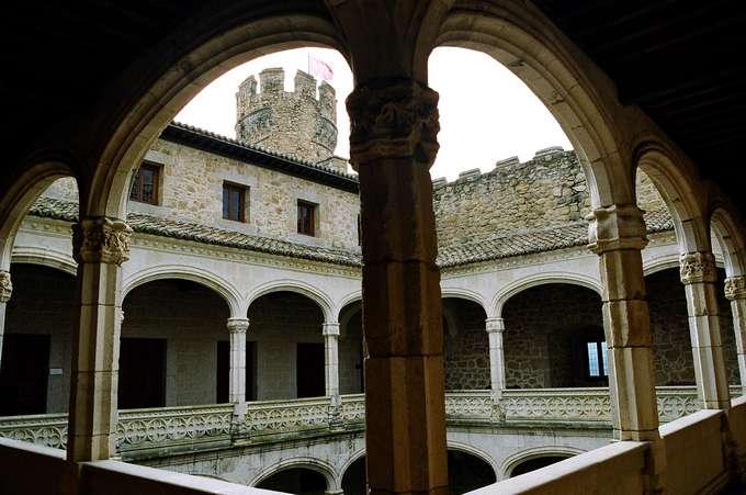 Castillo-de-los-Mendoza-barbacana