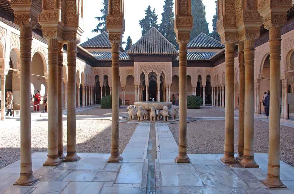 la-alhambra-de-granada-patio-leones