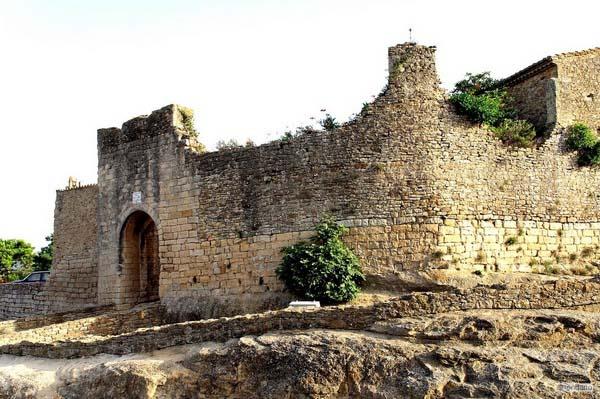 peratallada-foso-fortificación